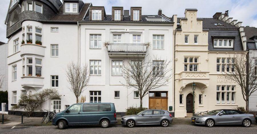 Das frühere Haus des Künstlers Joseph Beuys in Düsseldorf (Mitte, weiß) steht zum Verkauf.