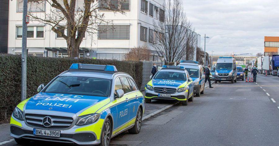 Die Polizei ist in dem Industriegebiet in Neckarsulm mit einem Großaufgebot im Einsatz.