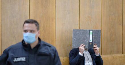 Der Angeklagte sitzt im Gerichtssaal des Landgerichts Hannover.