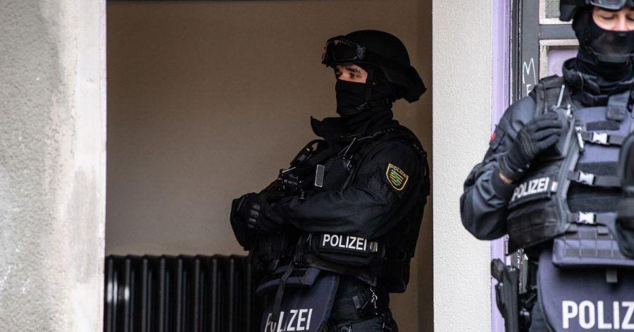 Bewaffnete Polizeibeamte bei einer Razzia in Berlin gegen Clankriminalität im November des vergangenen Jahres. Die Polizei geht erneut gegen Clankriminalität in der Hauptstadt und Umgebung vor.