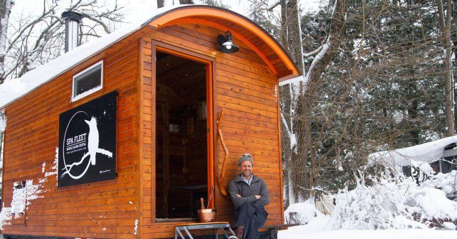 Henning Grentz sitzt vor seiner Miet-Sauna.