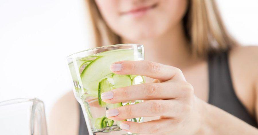 Schön frisch mit Gurke: Klein geschnittenes Gemüse oder Obst gibt Wasser einen Geschmackskick.