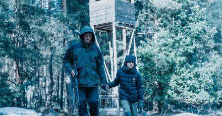 Darko Tudor (Stipe Erceg) macht sich mit seinem kleinen Sohn Darijo (Talin Bartholomäus) auf die Suche nach einem angeschossenen Wolf.