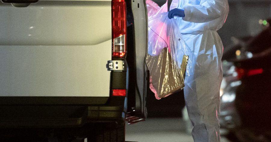Ein Kriminaltechniker sichert einen Gegenstand nach einer Explosion in einem Verwaltungsgebäude von Lidl.