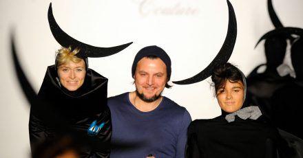 Sascha Gaugel mit Eva Padberg (l) und anderen Models nach der Präsentation seiner Kollektion «Hausach Couture» auf der Mercedes-Benz Fashion Week.