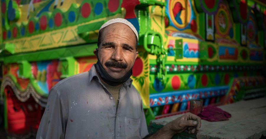 Asad Khan vor einem seiner Meisterwerke.