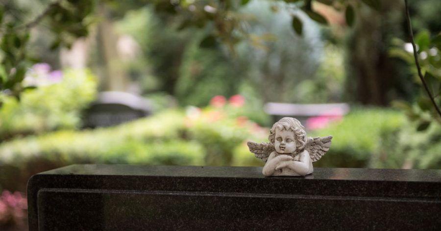 Auch auf den Friedhöfen herrschen eigene Corona-Bestimmungen: So dürfen viel weniger Menschen bei einer Beerdigung dabei sein als früher.