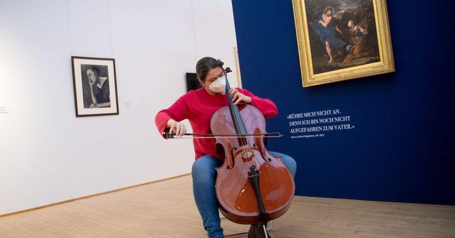 Hanna Weber, Musikerin bei den Bremer Philharmonikern, spielt Cello im Paula Modersohn-Becker Museum.