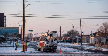 Elektriker arbeiten in Odessa an der Wiederherstellung der Stromversorgung nach einem Wintersturm.