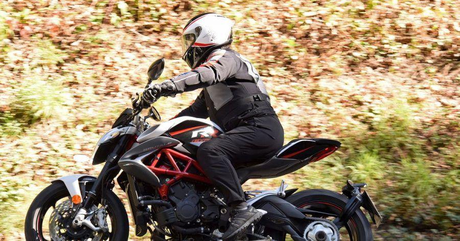 Das Wetter erlaubt mancherorts schon erste Motorradfahrten, die Biker aber bewusst defensiv angehen sollten.