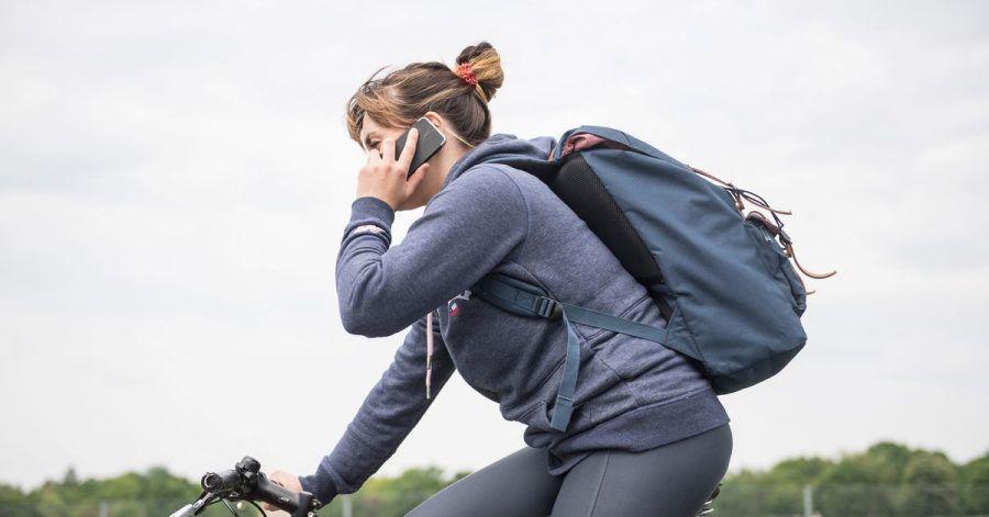 Nein, so lieber nicht: Fahrradfahren mit Handy am Ohr ist gefährlich, verboten und kann obendrein teuer werden.