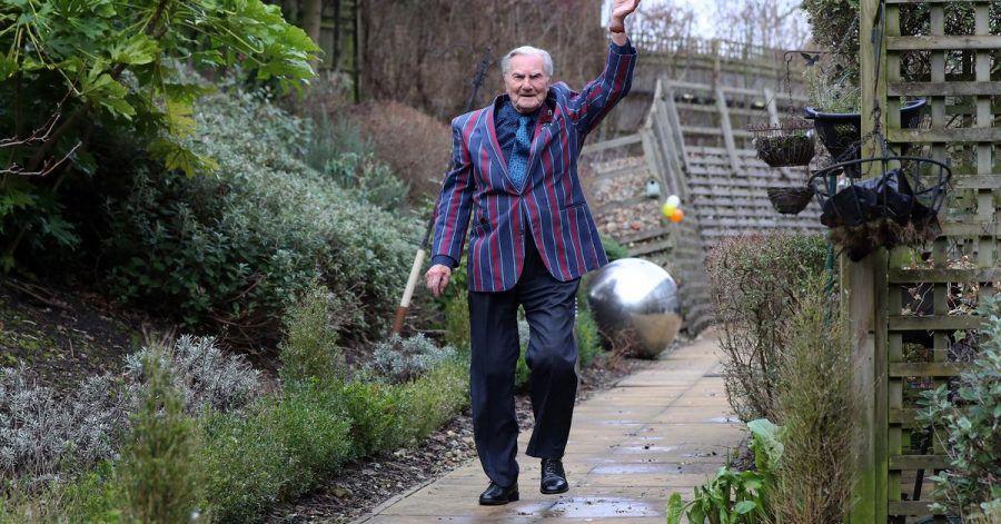 Der 103-jährige Tom Jones winkt, während er im Rahmen einer Spendenaktion Runden im Garten seines Pflegeheims in Bexleyheath dreht.