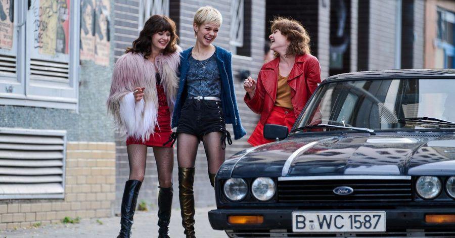 Die Schauspielerinnen Jana McKinnon (l-r), Lea Drinda (Babsi) und Lena Urzendowsky (Stella) in einer Szene der Serie «Wir Kinder vom Bahnhof Zoo».