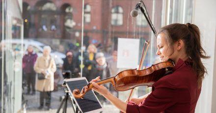Johanna Staemmler, Violinistin und Initiatorin der «Window Concerts», bei einem Auftritt im Schaufenster einer Berliner Galerie