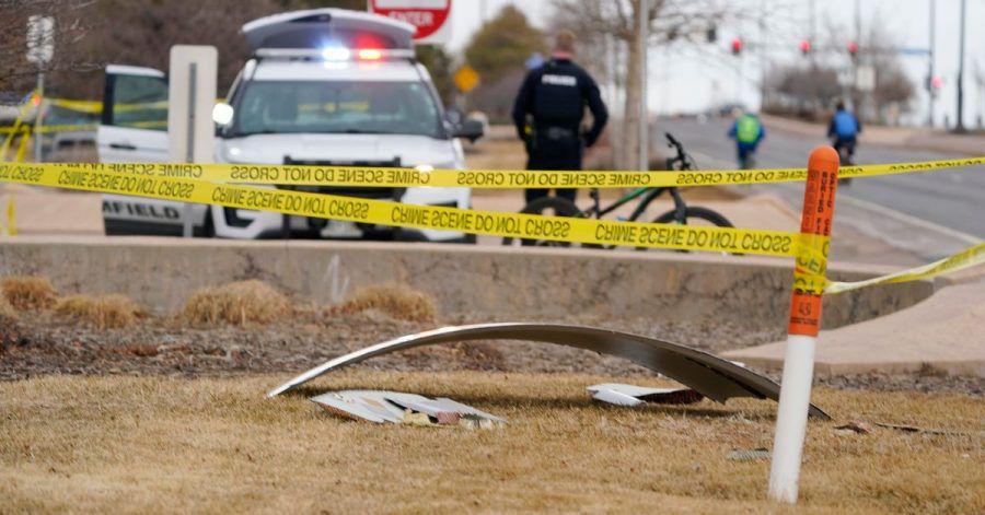 Ein Trümmerteil eines Flugzeugs liegt auf einer mit Polizeiband abgesperrten Fläche.