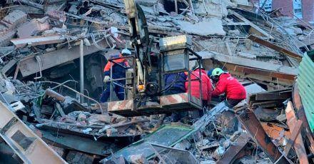 Das vom russischen Katastrophenschutzministerium veröffentlichte Foto zeigt Rettungskräfte an der eingestürzten Produktionshalle.