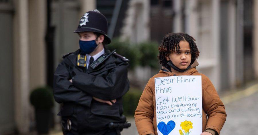 Der zehnjährige Twanna Helmy aus London wünscht Prinz Philip mit einem Plakat baldige Genesung.