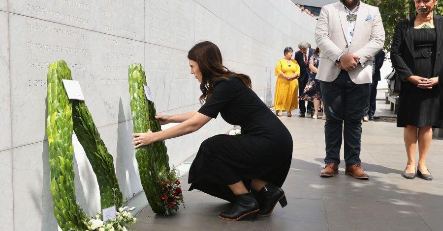Premierministerin Jacinda Ardern legt am zehnten Jahrestag des Bebens einen Kranz nieder.