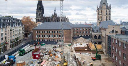 Blick auf die Baustelle «Archäologische Zone - Jüdisches Museum MiQua» - im Hintergrund der Kölner Dom und das Historische Rathaus.
