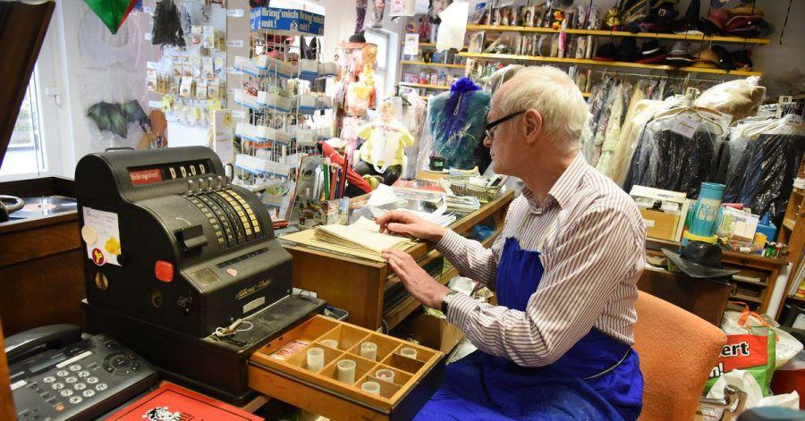 Elektromechanikermeister Holger Günther versucht unter anderem Spielzeug, große und kleinere Grammophone, Polyphone, Puppen und Haushaltsgeräte, auch aus der DDR-Zeit, wieder instand zu setzen.