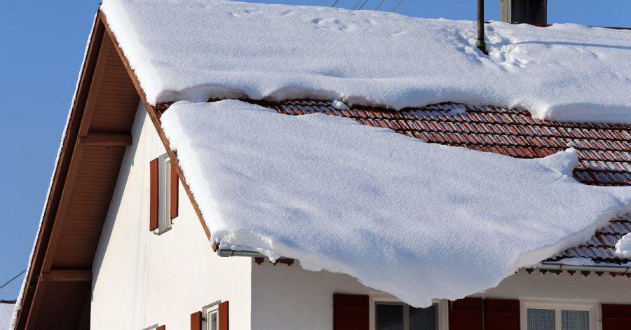 Rutscht der Schnee vom Dach, können Passanten zu Schaden kommen. Hauseigentümer haften, wenn sie ihre Verkehrssicherungspflicht nicht beachten.