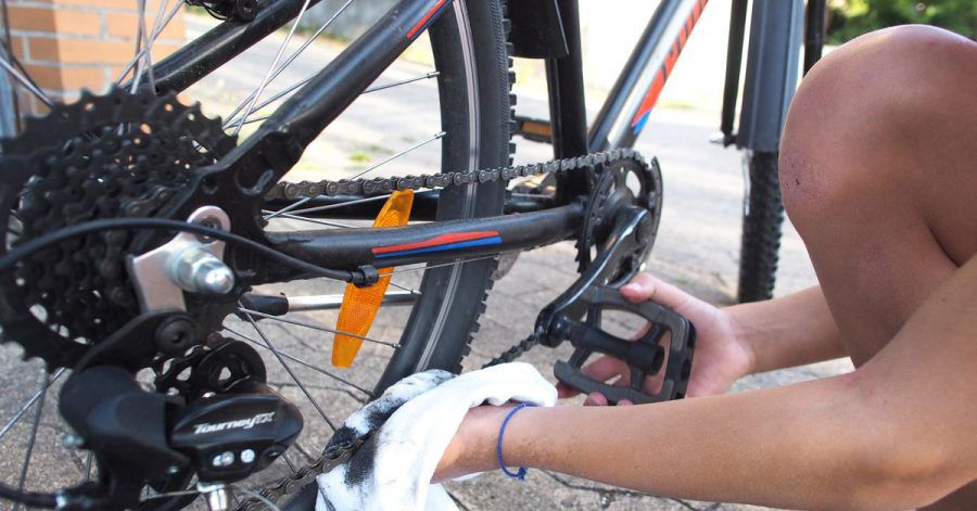 Um die Fahrradkette zu säubern, lässt man sie am besten einfach durch einen trockenen Lappen laufen.