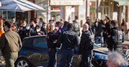 An der Admiralsbrücke am Landwehrkanal in Kreuzberg fordern Polizisten die Menschen auf, eine Maske zu tragen, oder zu gehen.