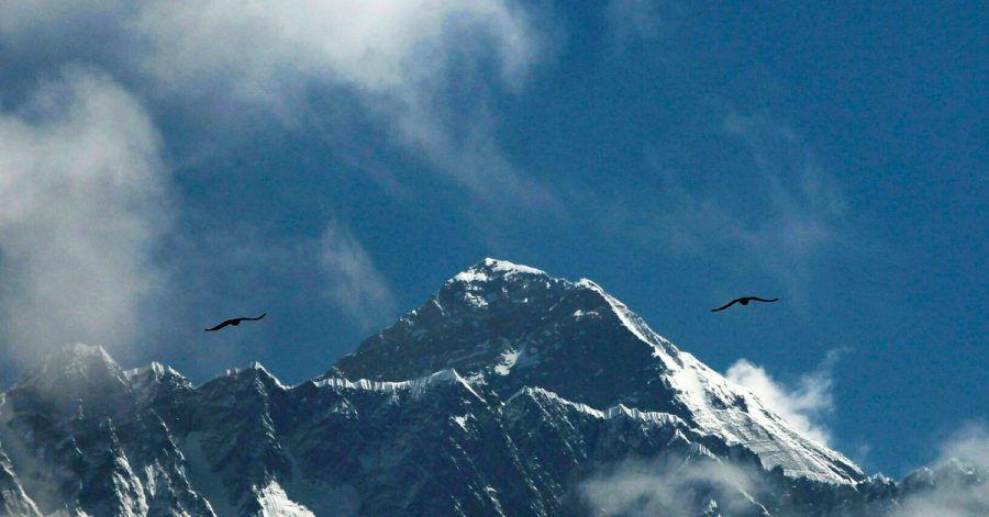 Aufstiege auf den höchsten Berg der Welt werden von nepalesischen und chinesischen Behörden überprüft - wer betrügt, wird empfindlich bestraft.