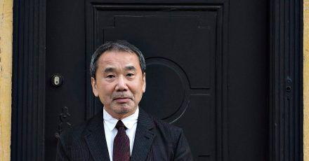 Haruki Murakami vor dem Haus des dänischen Schriftstellers H. Chr. Andersen 2016 in Odense.