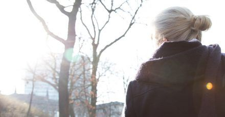 Spaziergänge an der frischen Luft verbinden Sonne und Bewegung und tun dem Körper deshalb besonders gut.