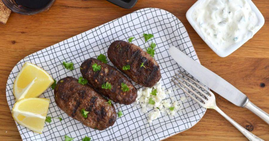 Wenn die Bifteki in der Grillpfanne angebraten werden, bekommen sie ein schön rauchiges Aroma - und der kulinarische Ausflug nach Griechenland kann beginnen.