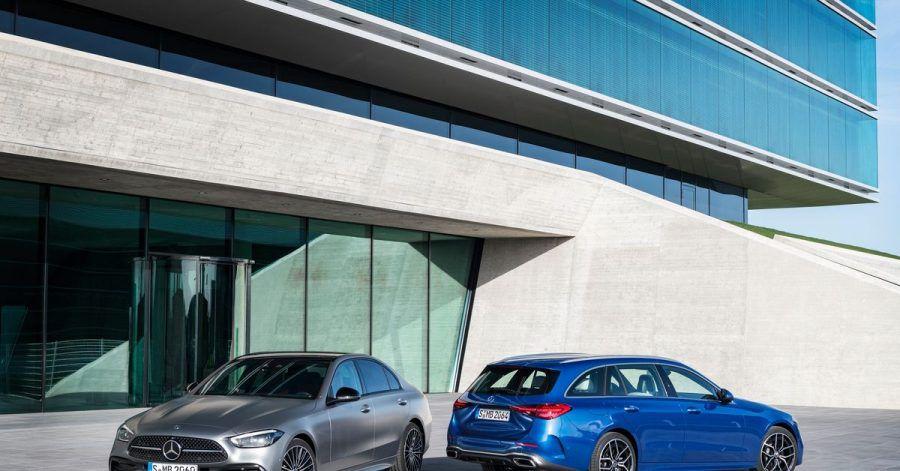 Mercedes bringt die neue C-Klasse zeitgleich als viertürige Limousine (l) und als traditionell T-Modell genannten Kombi (r) auf den Markt.