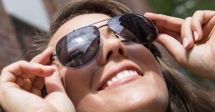 Damit man die Augen nicht zusammenkneifen muss: Für den deutschen Sommer empfehlen sich Sonnenbrillen mit Gläsern der Blendschutzkategorie 2.