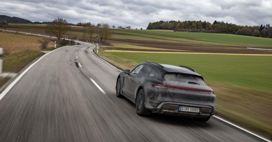 Schnell und schmutzig: Noch leicht getarnt, absolviert der elektrische Porsche Taycan Cross Turismo letzte Testfahrten.