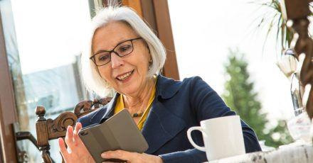 Null problemo: Mit dem für sie passenden Handy oder Smartphone kommen auch Ältere meist blendend zurecht.