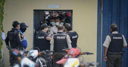 Polizisten sind nach einer Meuterei in einem Gefängnis in Guayaquil im Einsatz.