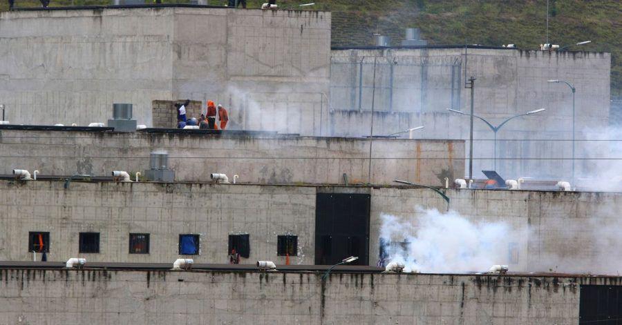 Tränengas steigt aus Teilen eines Gefängnisses in der Stadt Cuenca auf, in dem ein Häftlingsaufstand ausbrach. Bei mehreren Gefangenenmeutereien in Ecuador sind Dutzende Menschen ums Leben gekommen.