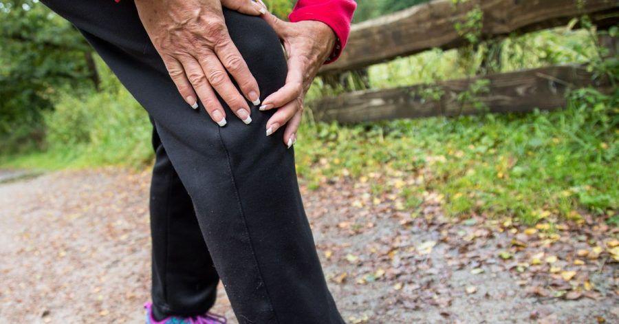 Regelmäßige Bewegung kräftigt die Muskeln rund ums Knie und beugt Arthrose vor.