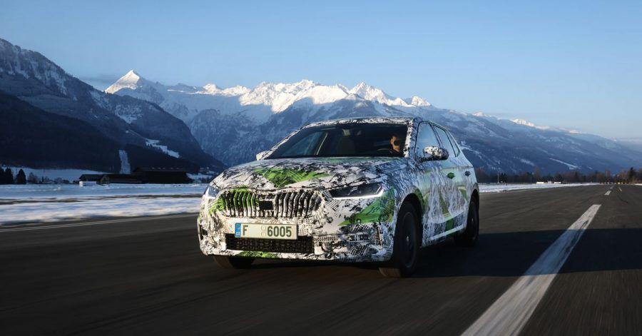 Fabia versteckt sich: Zumindest bis zur Weltpremiere will Skoda das Design des neuen Kleinwagens noch nicht komplett preisgeben.