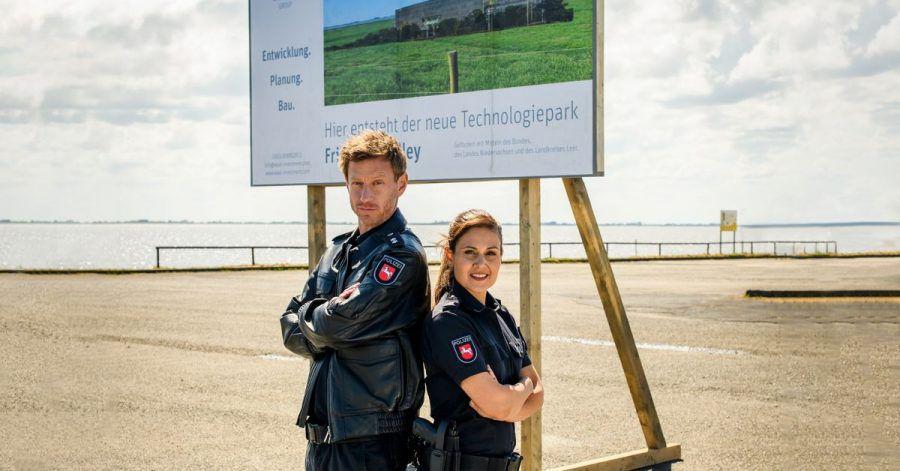 """Süher Özlügül (Sophie Dal) und Henk Cassens (Maxim Mehmet) in einer Szene aus """"Friesland - Haifischbecken""""."""