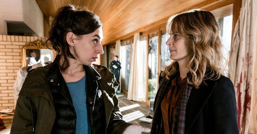 """Kommissarin Isabelle Grandjean (Anna Pieri Zuercher, r) und ihre Kollegin Tessa Ott (Carol Schuler) in einer Szene aus dem """"Tatort: Schoggiläbe""""."""
