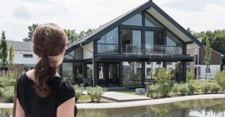 Vor dem Kauf einer Immobilie muss die Finanzierung auf ein solides Fundament gestellt werden. Dazu muss die finanzielle Belastbarkeit ermittelt werden.