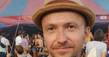 Nils Kratzer bei einem Festival (undatierte Aufnahme). Der Münchner hat wegen Altersdiskriminierung auf einem Open-Air-Event geklagt.