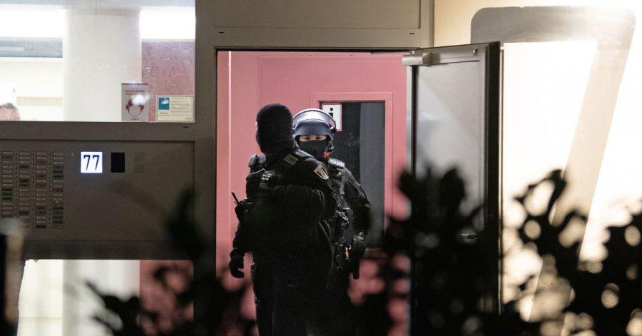 Polizeibeamte während einer Razzia im Märkischen Viertel in Berlin.