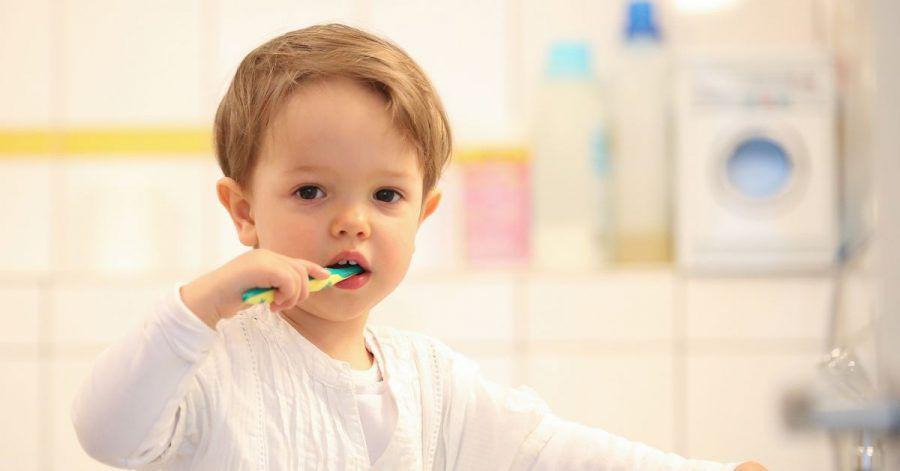 Ab dem ersten durchgebrochenen Milchzahn sollte Kinderzahnpasta zum Einsatz kommen.