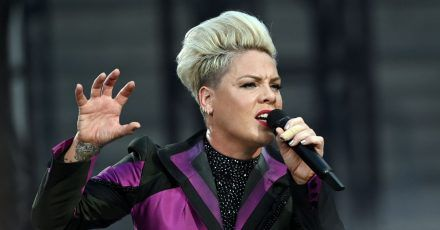 Pink singt mit Töchterchen Willow «Cover Me in Sunshine».