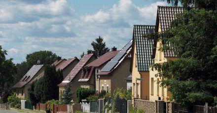 Einfamilienhäuser schneiden bei der Klimabilanz meist schlechter ab als Wohnungen in Mehrfamilienhäusern.