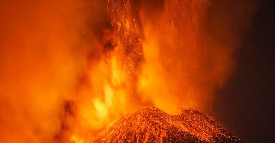 Der Vulkan Ätna auf Sizilien bricht seit letzter Woche kontinuierlich aus.
