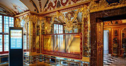Die ausgeraubte und nun ausgestellte Vitrine im Juwelenzimmer des Historischen Grünen Gewölbes im Residenzschloss in Dresden.