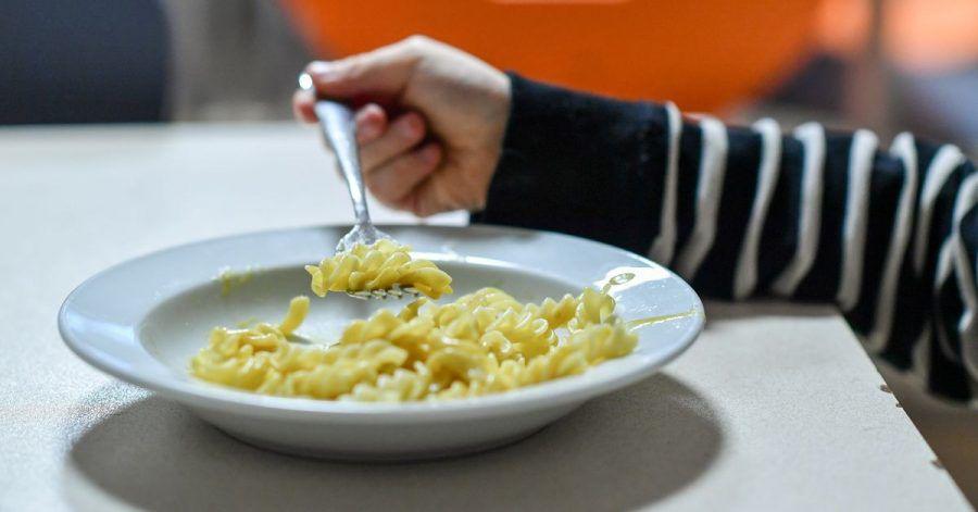 Sitzt die ganze Familie am Esstisch, geht es selten ruhig zu. Eltern sollten das auch nicht von den gemeinsamen Mahlzeiten erwarten.